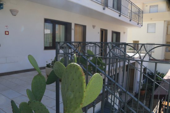 Hotel Domomea: The balcony to rooms