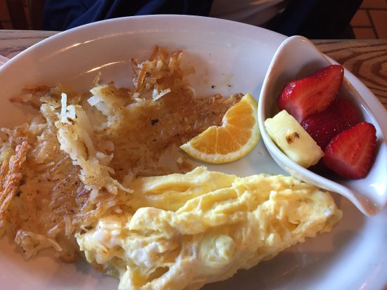 Lady Lake, Флорида: scrambled light ...hash-browns (not) well-done as requested fruit always is fresh