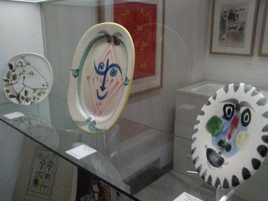 Buitrago de Lozoya, Hiszpania: Platos de cerámica, con dibujos de cabeza de cabra y dos faunos; taller de alfarería Madoura (Fr