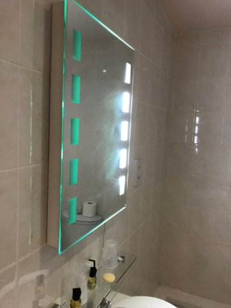 Waterton Park Hotel: Bathroom Mirror Lights Not Working