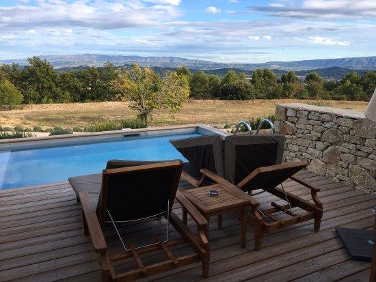 Joucas, France : Superbe hôtel, les chambres supérieures sont magnifiques. La piscine est semi-privative ( partag