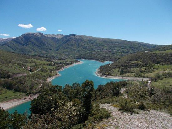 Fiastra, Italia: Il lago visto dalle alture