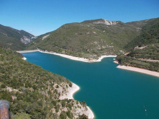 Fiastra, Italien: Il lago con la diga di sbarramento