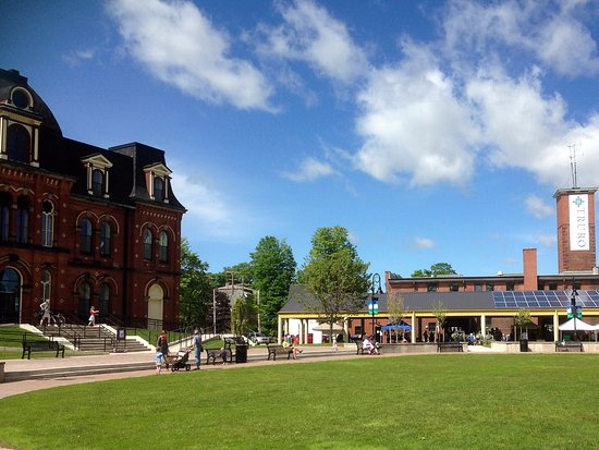 Truro, Canadá: Library and Farmers Market (Museum is behind the library)>