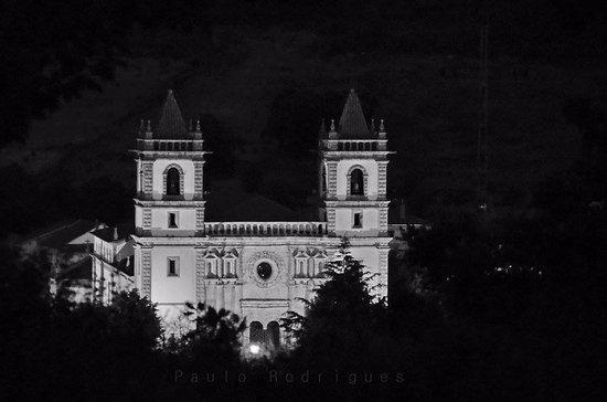 Outeiro, Portugal: Santo Cristo à noite.