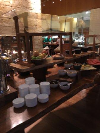 Four Seasons Hotel Vancouver: Frühstücksbuffet mit Kamin im Hintergrund