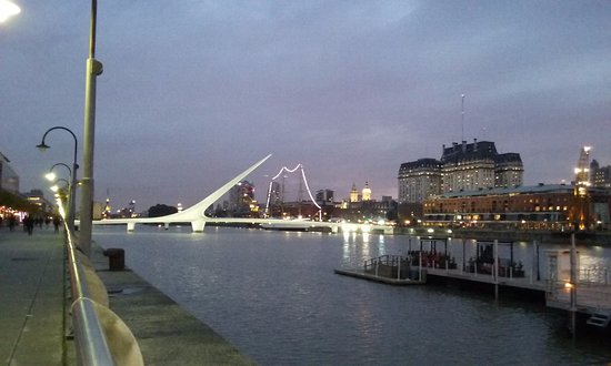 El atardecer de un día nublado en Puerto Madero, al fondo el Puente de La Mujer, como en Barcelo
