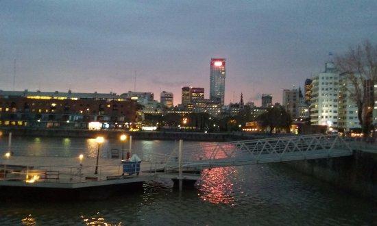 Las luces reflejadas en el agua, desde Puerto Madero hacia el centro de Buenos Aires.