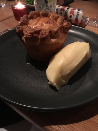 Paxford, UK: Chicken & bacon pie, mash potato at The Churchill Arms