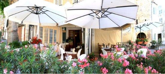 Aups, Frankreich: Notre terrasse fleuri pour l'été