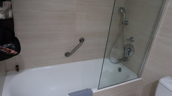 Avanti Hotel: Bath and 2 showers at different levels