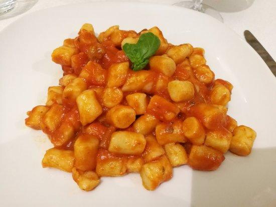 Crecchio, Italien: Gnocchi fatti in casa, conditi con sugo di polpettine e funghi.