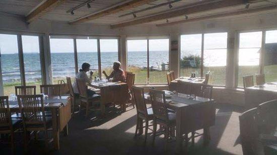 Vastergarn, السويد: Restaurangen erbjuder fantastisk mat och fantastisk utsikt.