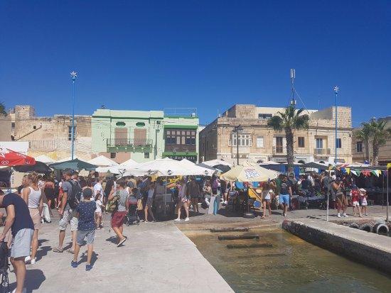 Marsaxlokk, Malta: Markedsboderne langs havnen