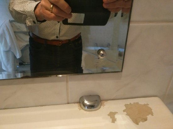 Alfriston, UK: Paint missing from shelf and broken mirror with slightly sharp edge of glass