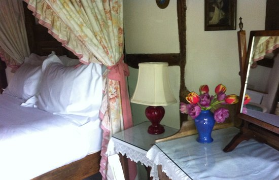 Hartfield, UK: Fresh flowers everywhere and wild flowers in all of the rooms
