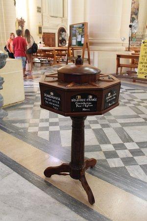 Xewkija, Malta: Sjov detalje. Kirkebøssen er inddelt efter geografisk hjemsted.