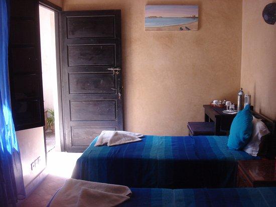 Dar Assalama: Chambre bleue avec 2 lits 1 place au 2ème étage