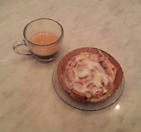 Cameron, Teksas: Double shot espresso and a cinna blossom