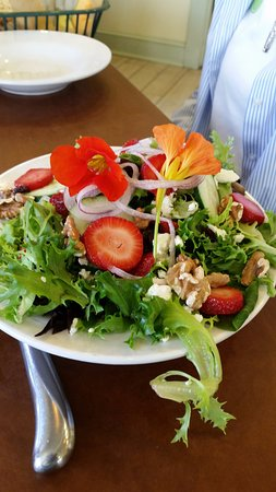 Boothbay, ME: Great salad in the restaurant