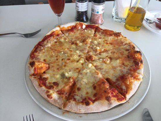 Sunset Cafe & Trattoria : Пицца quattro formaggi и Negroni бесподобно