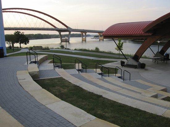 Veterans Memorial Levee Park: View of highway bridge over MIssissippi River