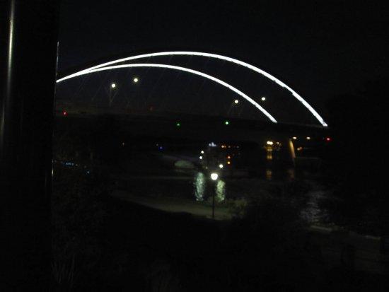 Veterans Memorial Levee Park: Bridge at night