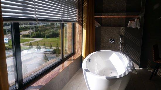 Open badkamer in de slaapkamer - Picture of Van der Valk Hotel ...