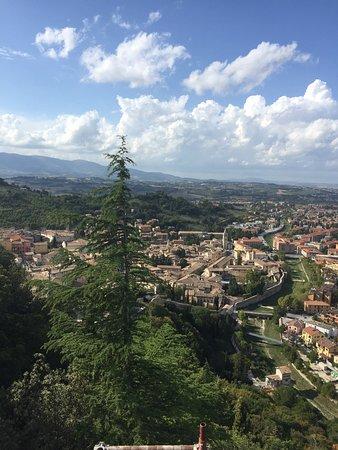 สโปลโต, อิตาลี: Zicht op de stad.