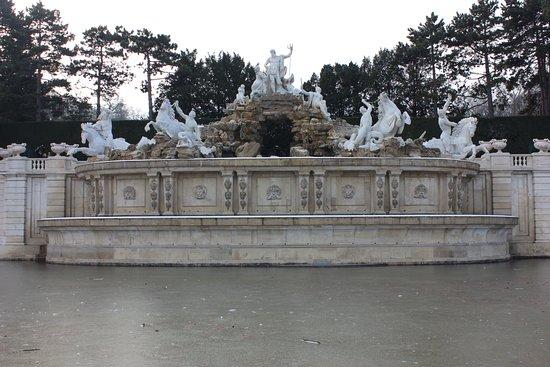 Schonbrunner Gardens: fountain