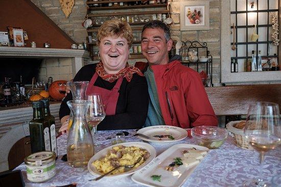 Motovun, Kroatien: Mirjanna et mon conjoint, vous ne trouve pas que son sourire en dit long .. du vrai bonheur