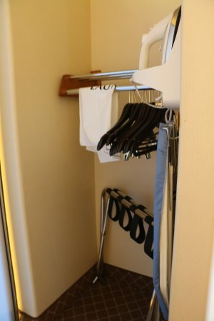 La Quinta Inn & Suites Ely : Room 122, Lowered closet pole and iron