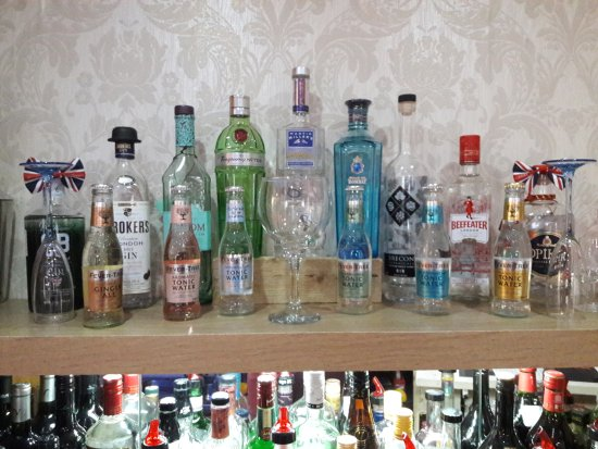 Wroxton, UK: Large Gin Collection Boasting 21 Varities All Served With Fever Tree Tonics