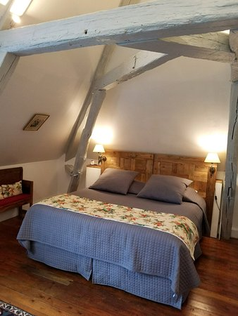 Mesland, Francja: Small desk is on wall to the right as you look at the bed
