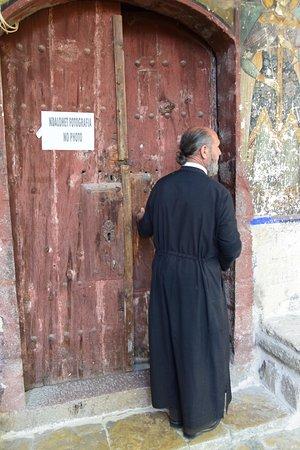 Moscopole, Albania: De dorpspastoor laat je er graag in