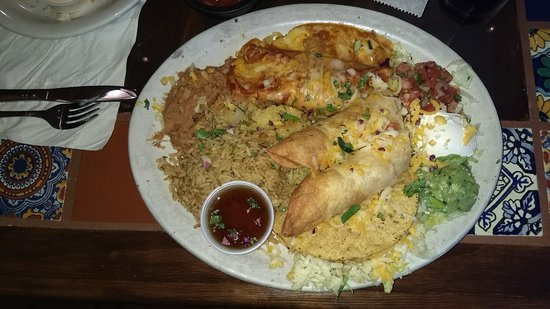 East Aurora, Нью-Йорк: Combo Platter (1 Chicken Taco, 1 Chicken Enchilada, 2 Flautas, side of rice & refried beans)