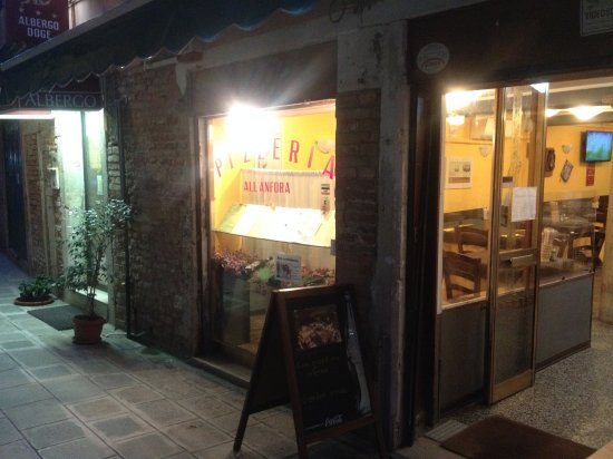 Pizzeria Trattoria all'Anfora : charming pizza restaurant with rear courtyard