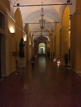 Palazzo Cardinal Cesi: Entry walkway