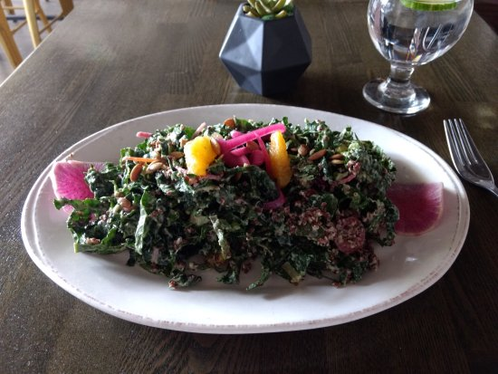 Hermosa Beach, Califórnia: Kale salad made vegan!