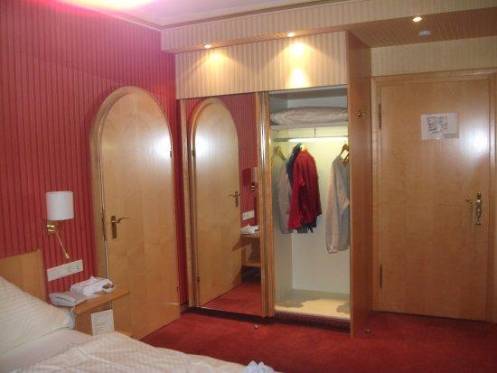 Romantik Hotel Markusturm: Lots of closet space both hanging and shelves