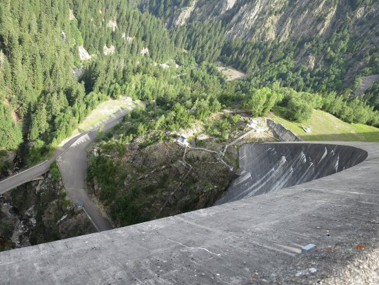 Areches, Γαλλία: The arch from the crown of the dam.