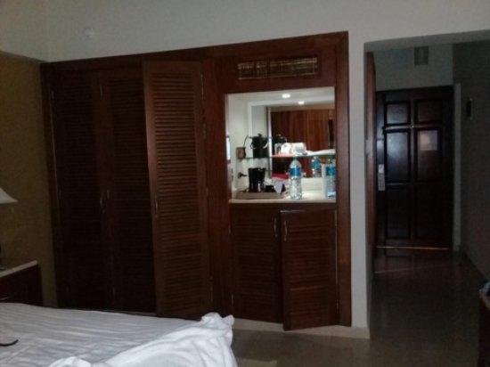 Occidental Caribe: habitación cómoda con mini bar y cafetea