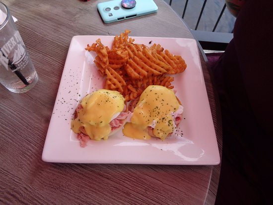 River Pub: Eggs benedict