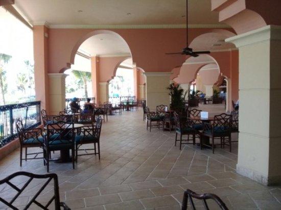 Occidental Caribe: hermosas galerías con bares a ambos lados del lobby