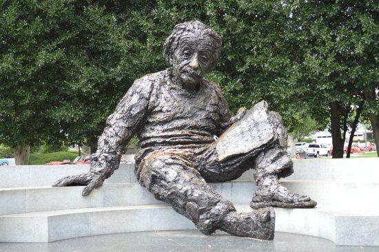 Albert Einstein Memorial: ...