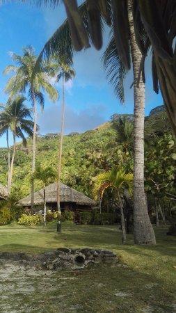 Royal Huahine : vue depuis la plage vers notre bungalow