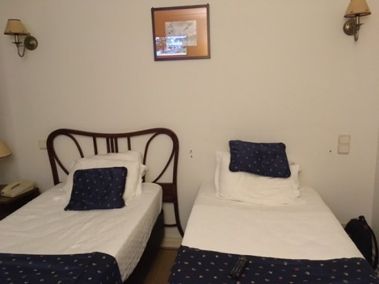 Grande Hotel de Paris: Double room, twin beds with incomplete furniture