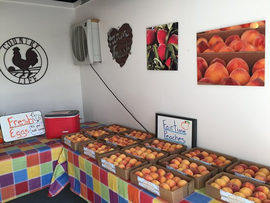 Vacaville, CA: peaches on display