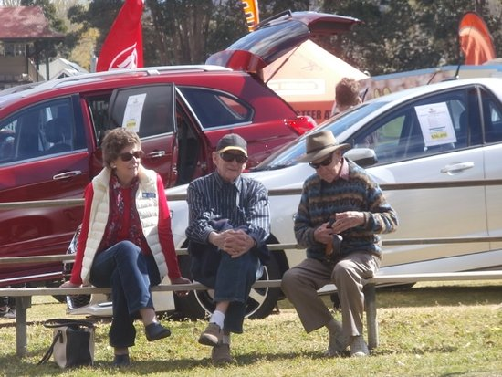 Nowra, ออสเตรเลีย: Some weary travellers waiting for our pick up after the Berry Small Farm Field Day- on the way h