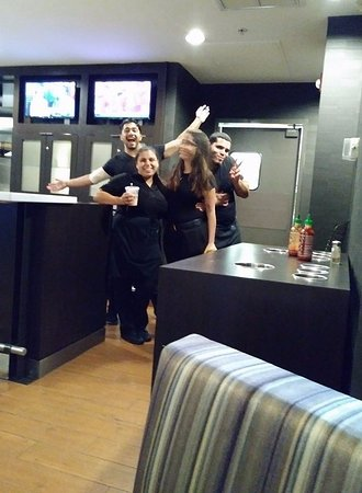 Courtyard Miami at Dolphin Mall : Staff at Bistro